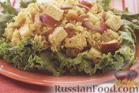 Теплый салат из риса, куриного филе и яблока