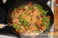 Креветки с овощами и лапшой из вока по-азиатски