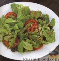 Легкий салат с помидорами, спаржей и зеленью