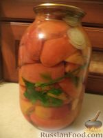Резаные помидоры, маринованные с луком на зиму