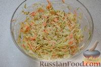 Выложить в салатник капусту с морковью, огурцы, лук. Добавить майонез, перемешать.