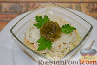 Выложить овощной салат в салатник, украсить салат из капусты маринованным луком, выложить сверху розочку из огурца и три листика петрушки.  Овощной салат «Осенний» можно подавать к столу.   Готовьте с любовью, и у вас получится самое вкусное блюдо! Приятного аппетита!