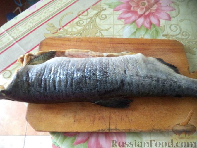 Как приготовить горбушу жареную:     Рыбу очистить от чешуи. Голову отрезать, рыбу выпотрошить и хорошо промыть.