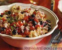 Турецкий салат из помидоров, оливок, лука и хлеба