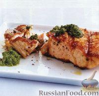 Жареный на  гриле лосось с соусом песто