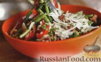 Теплый салат из стручковой фасоли, помидоров, ветчины и пармезана