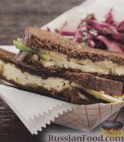 Жареные сырные бутерброды с салатом из краснокочанной капусты