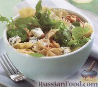 Салат из макарон, орехов и сыра горгонзолы