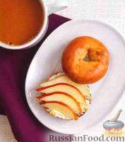 Булочка с сыром, грушей, медом и орехами