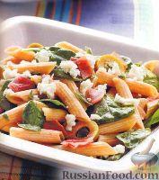 Салат с пастой, оливками, сыром и шпинатом