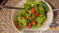 Летний салат (листья салата с помидорами и чесноком)